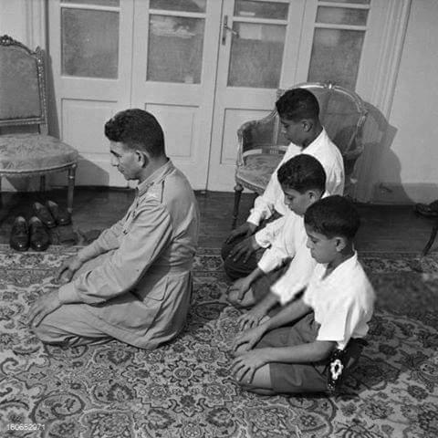 في ذكرى ثورة يوليو  صورة نادرة لـ الرئيس محمد نجيب يصلي بأبنائه