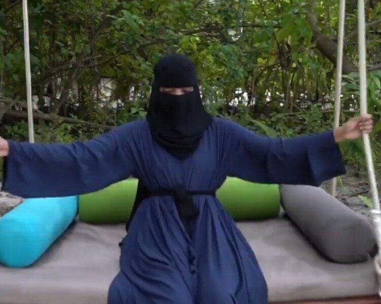 بالنقاب .. إيمي روكو في المالديف