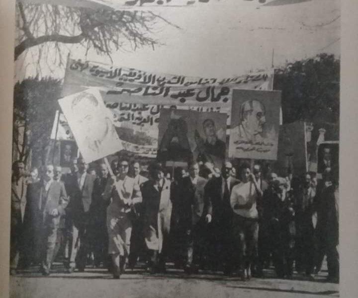 أم كلثوم وتوفيق الحكيم في مظاهرة لتأييد جمال عبد الناصر| صورة