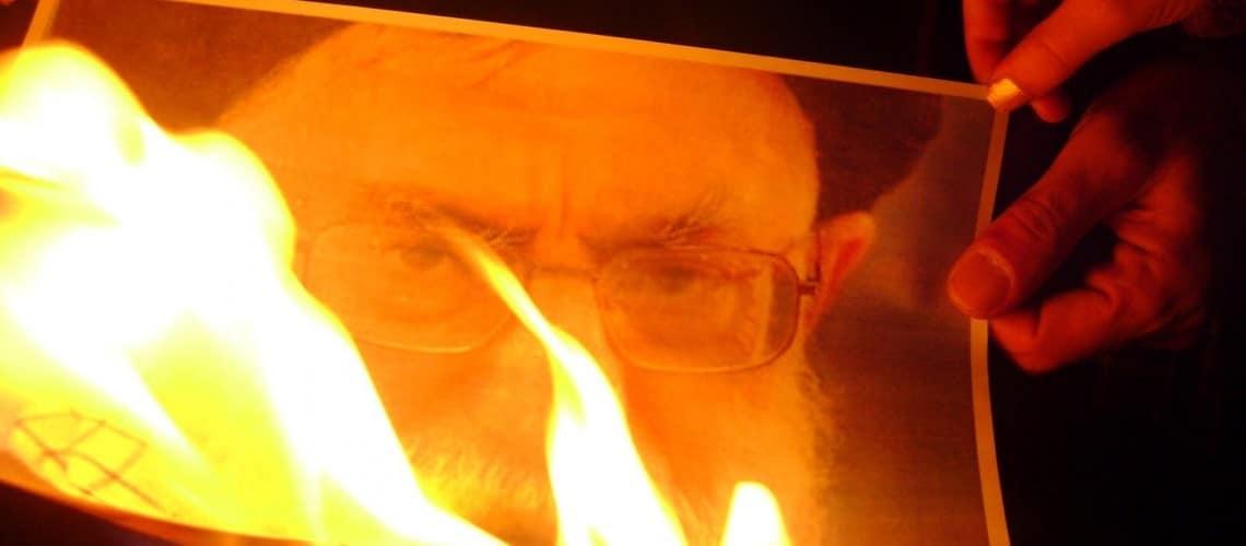 إيران| حرق صور خامئني وهتافات: تسقط سلطة الظلم (فيديو)
