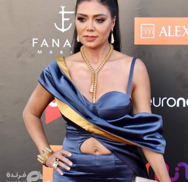 فستان رانيا يوسف بمهرجان الجونة   عاري ويبين بطنها (صور)