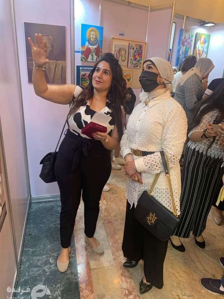 الفنانة التشكيلية داليا ناجح مع الشيخة انتصار الصباح